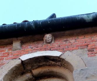 Mascherone romanico sul fianco della chiesa