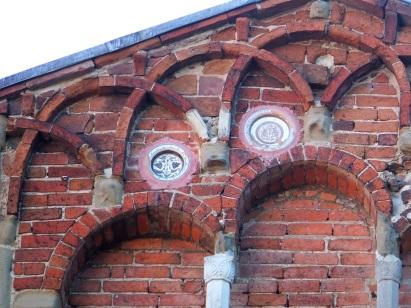 Particolare delle decorazioni in ceramica della facciata