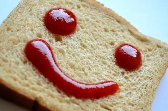 Ketchup sul pane che disegna una faccina sorridente