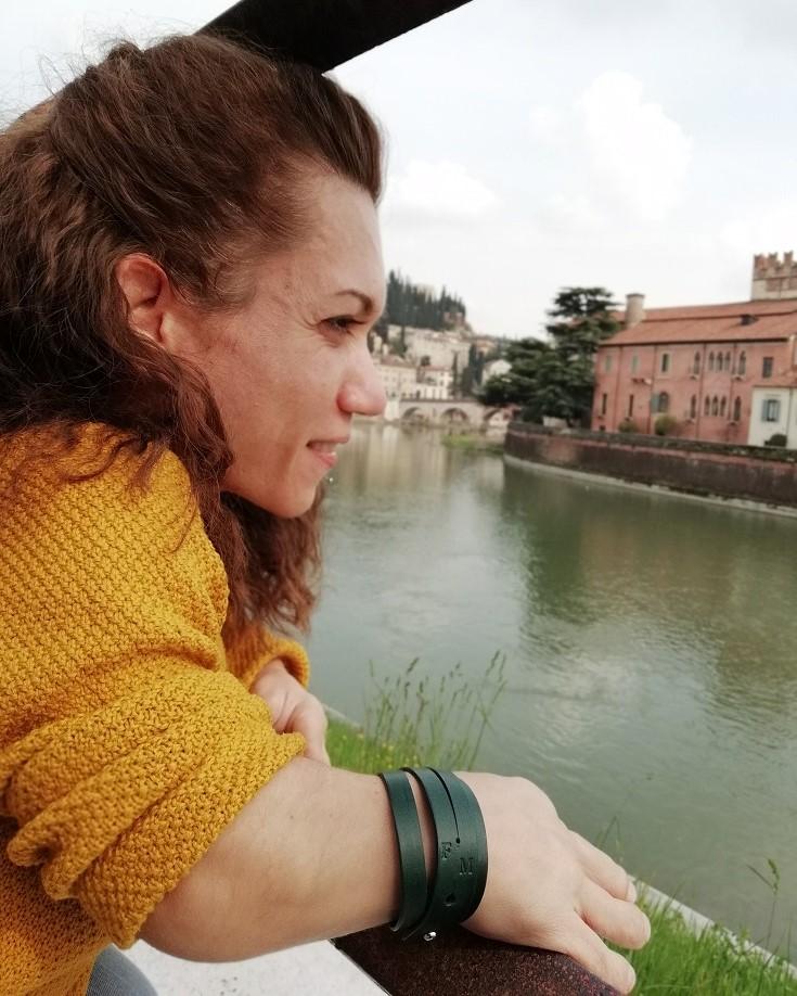 Ragazza con Bracciale Riscatto che guarda il panorama di Verona