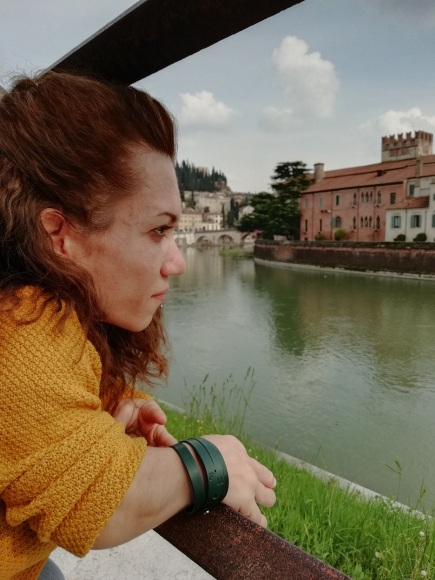 Ragazza nana mentre guarda il panorama di Verona