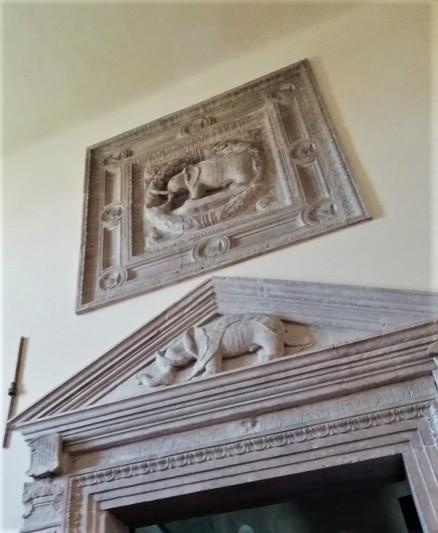 Timpano d'ingresso della Biblioteca Malatestiana