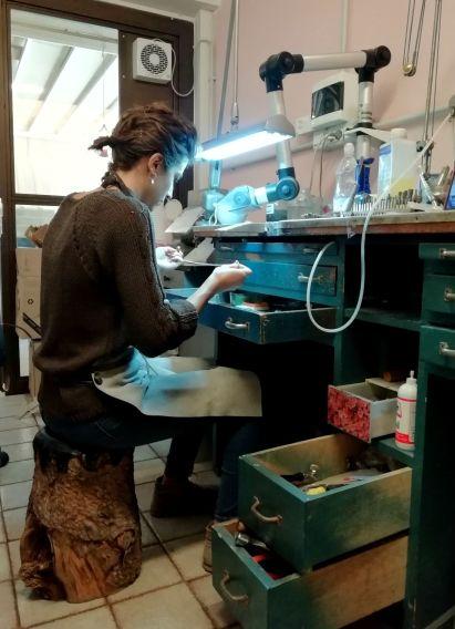 Giulia Dal Bosco nel suo laboratorio orafo