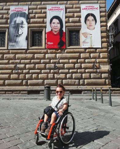 Nanabianca davanti a Palazzo Strozzi
