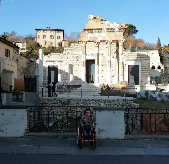 Nanabianca davanti al Capitolium di Brescia