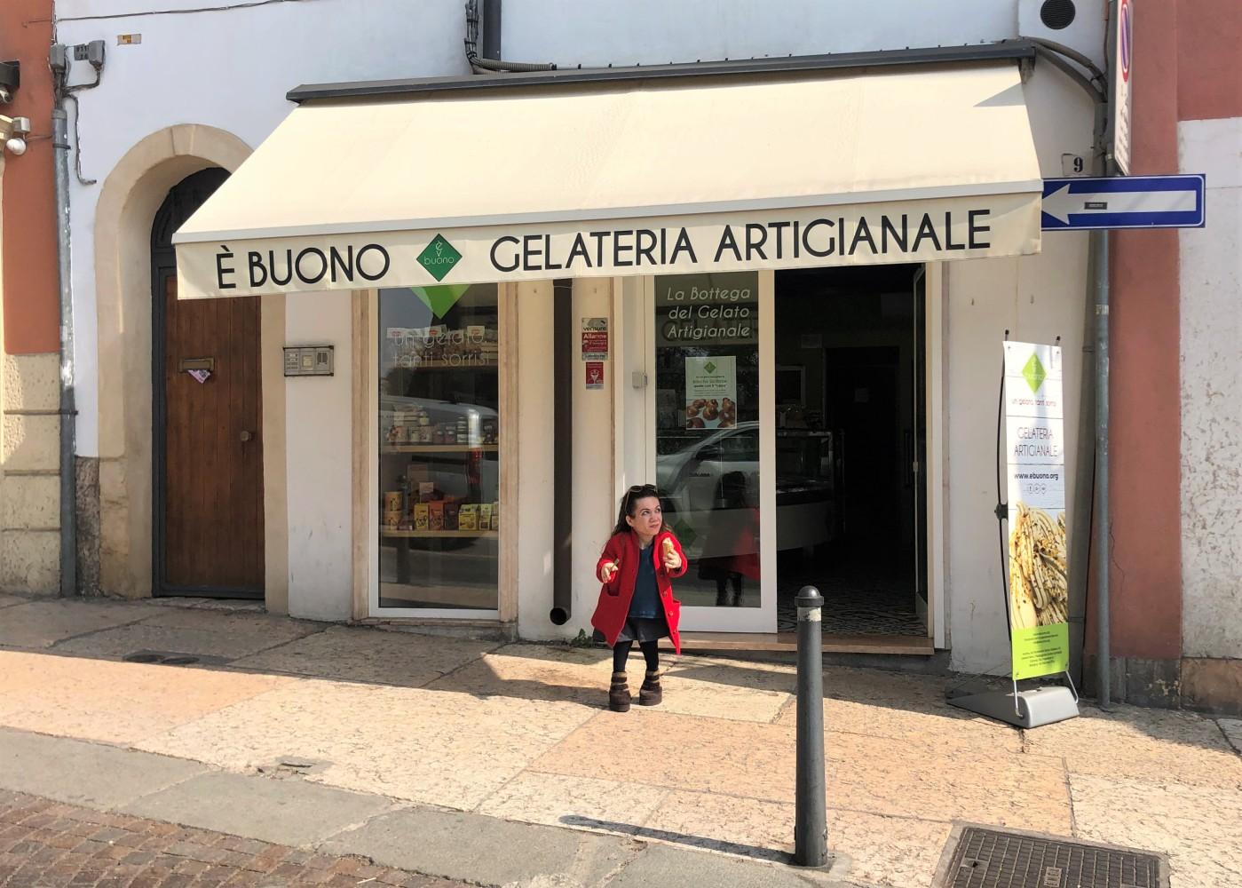 Nanabianca davanti alla gelateria E' Buono