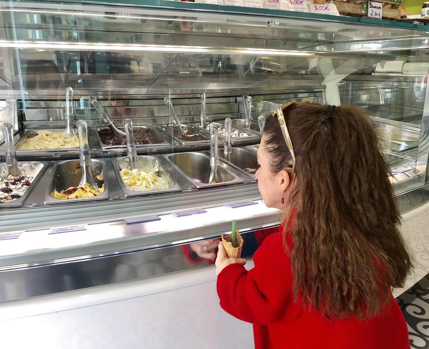 Nanabianca davanti al bancone dei gelati È Buono