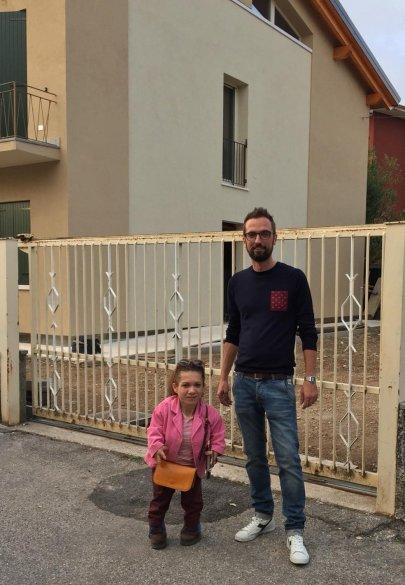 Nanabianca e Massimiliano Bertoldi davanti al b&b accessibile