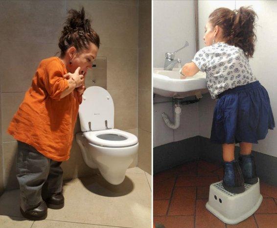 Nanabianca davanti a un water piccolo e su uno sgabellino per lavarsi le mani sotto il rubinetto