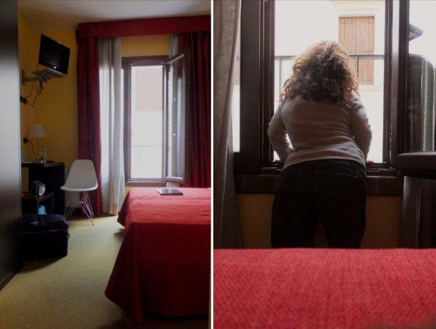 Nanabianca si affaccia da una finestra bassa dell'Albergo Verdi di Padova
