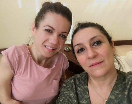 Nanabianca e l'insegnante di yoga Lusia Maresu