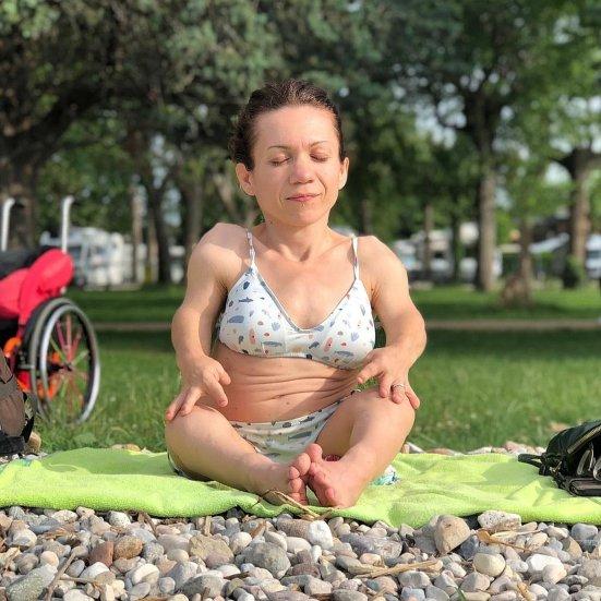 Nanabianca fa respirazione pranayama in riva al lago