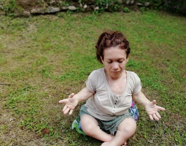 Nanabianca che fa yoga (posizione seduta)