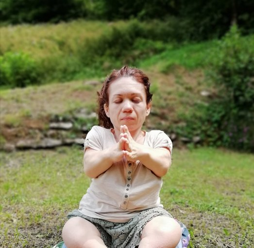 Nanabianca fa yoga (con le mani giunte davanti al cuore)
