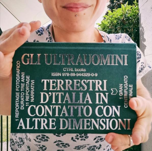 Nanabianca tiene in mano il libro Gli Ultrauomini di CTRL Magazine