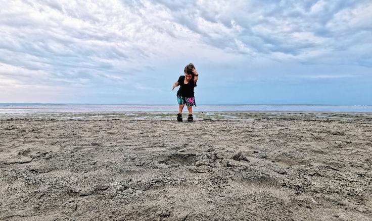 Nanabianca in piedi sulla spiaggia di Grado