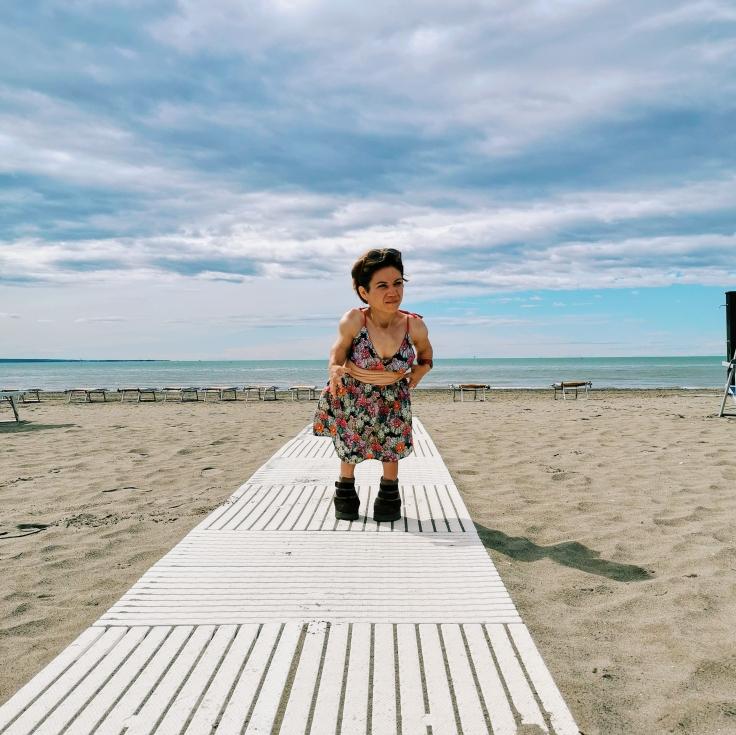 Nanabianca su una delle passerelle della spiaggia di Grado