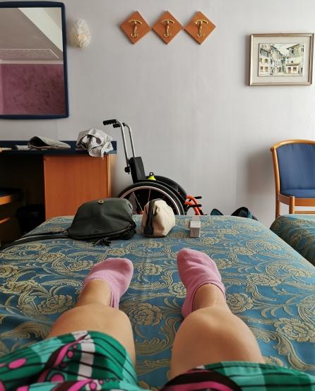 I piedi di Nanabianca sul letto dell'hotel Bellavista di Grado