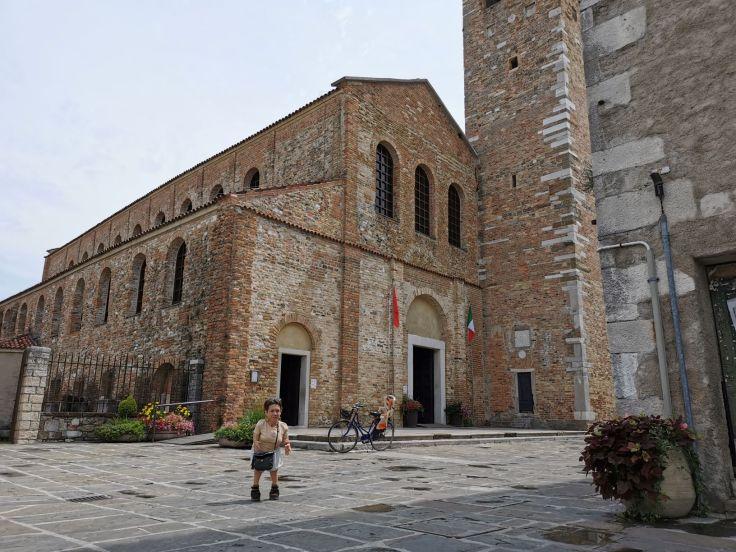 Nanabianca davanti alla basilica di Sant'Eufemia a Grado