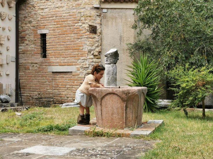 Nanabianca si sporge verso un pozzo di marmo, Lapidario della Basilica di Grado