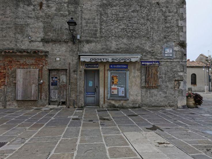 La facciata di un vecchio negozio di souvenir nel centro di Grado