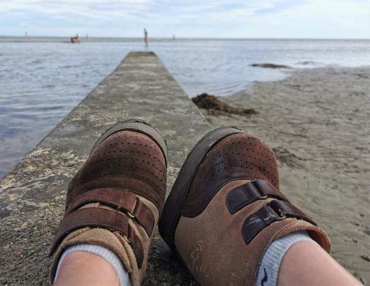 Le scarpe di Nanabianca sulla spiaggia di Grado