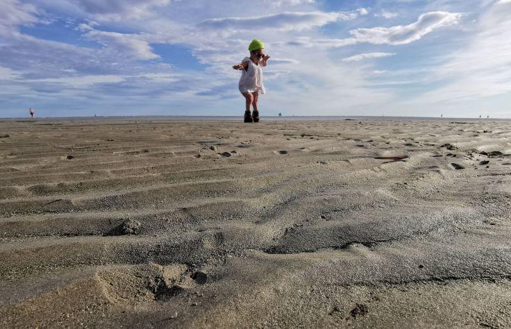 Nanabianca a piedi sulla spiaggia di Grado