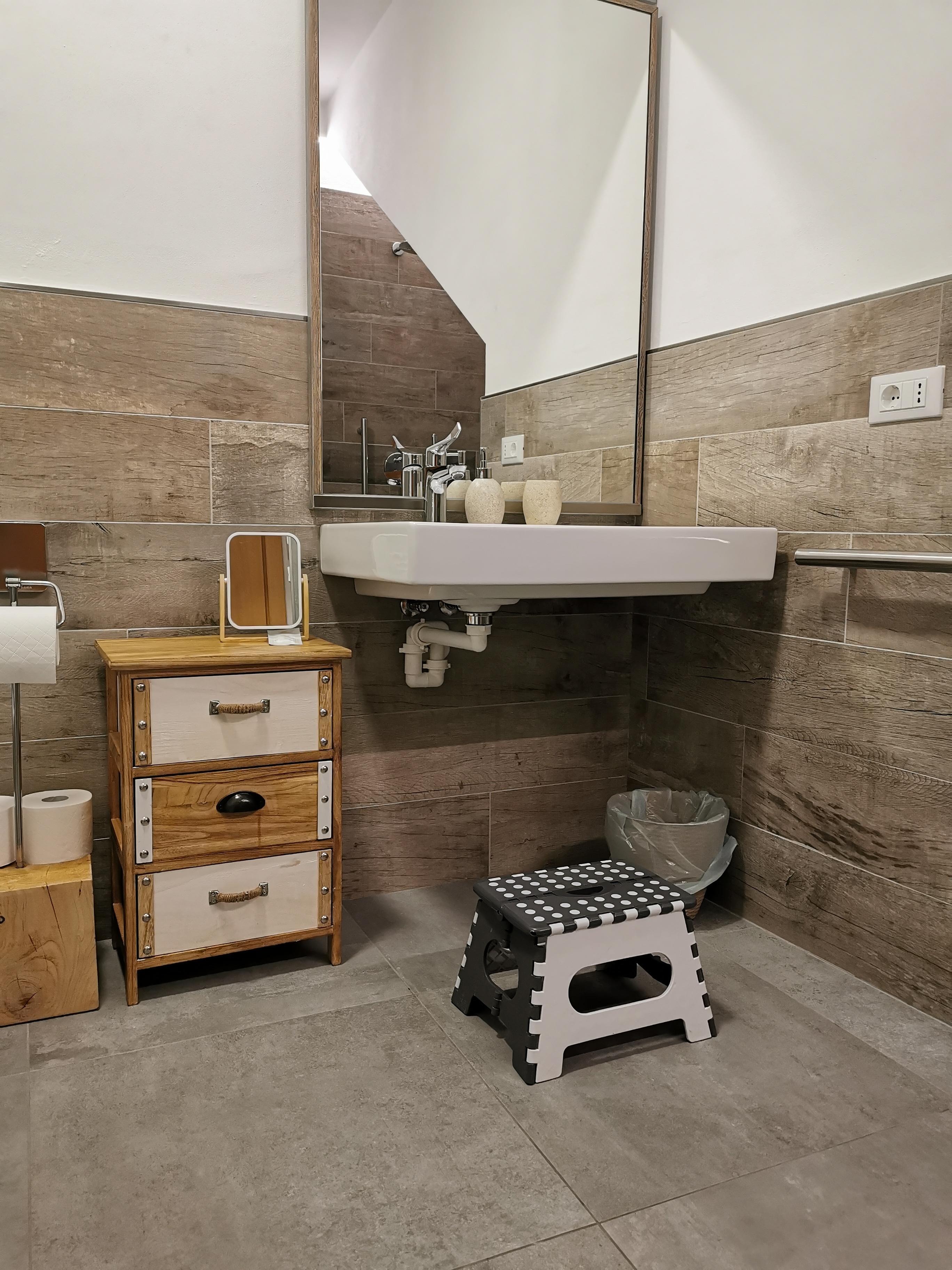 Residence Trieste: lo sgabellino per raggiungere il lavandino
