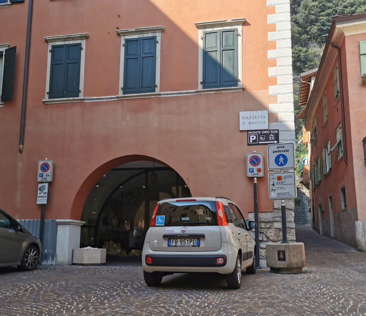 L'auto di Nanabianca parcheggiata in centro a Riva
