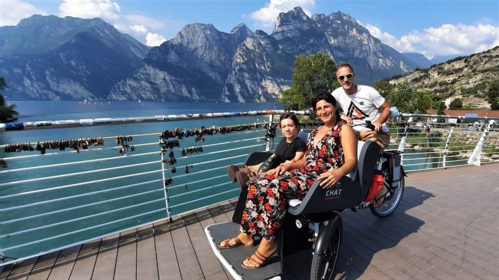 Nanabianca su una bici speciale con Massimo e Piera del Residence Trieste