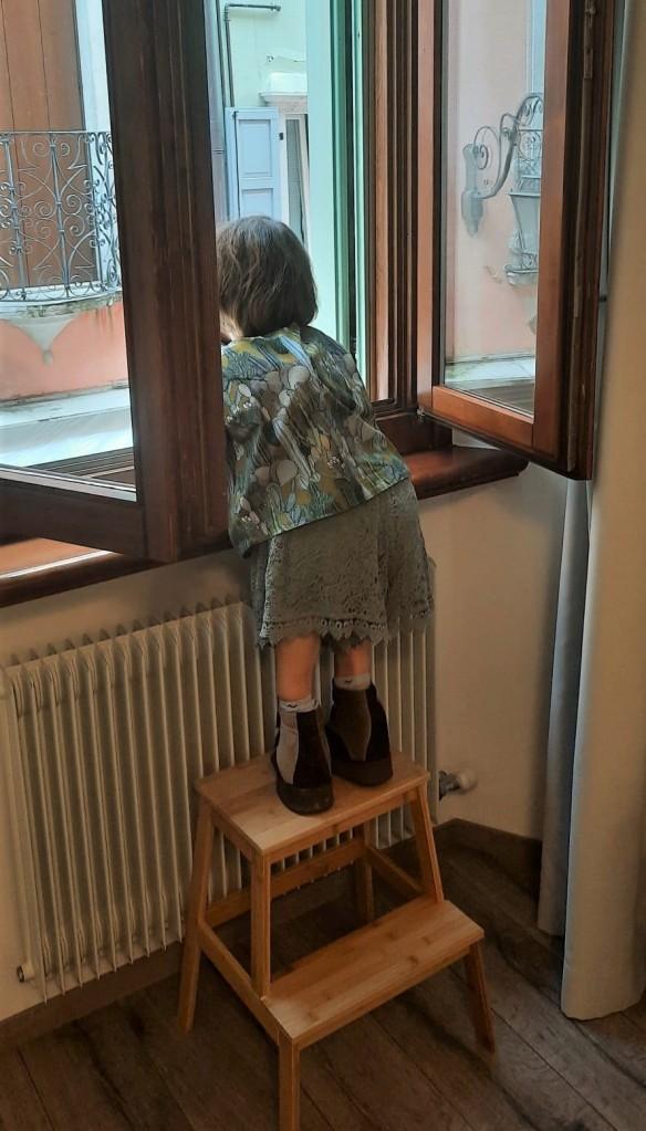 Nanabianca si affaccia alla finestra sopra a una scaletta