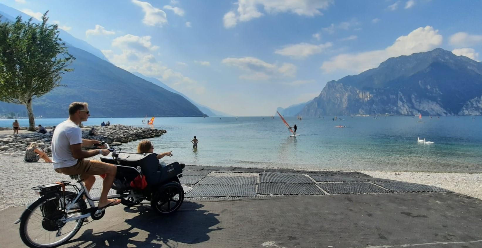 Nanabianca sulla bici speciale di Remoove a Torbole in riva al lago