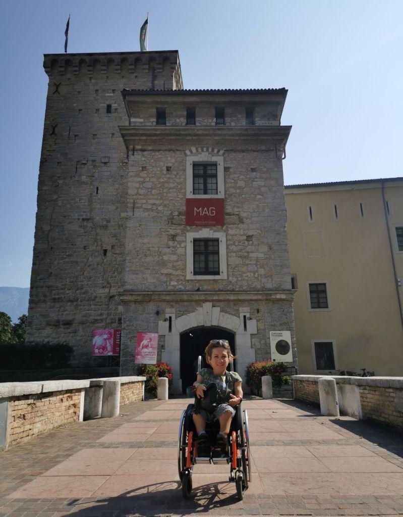 Nanabianca in carrozzina davanti al Museo Alto Garda